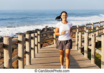 frau, anfall, alter, mittler, jogging, sandstrand