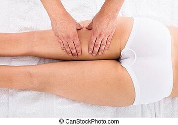 frau, annahme, bein, massage, in, schönheit bad