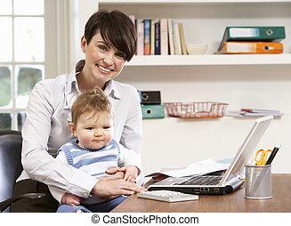 frau, arbeitende , laptop, daheim, baby, gebrauchend