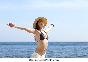 frau, arme, luft, atmen, frisch, sandstrand, anheben, glücklich