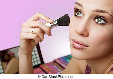 frau, aufmachung, -, kosmetikartikel, gebrauchend, erröten...