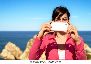 frau, aufnahme nehmend, mit, cellphone, auf, sommer