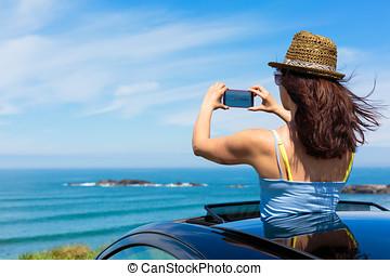 frau, aufnahme nehmend, mit, smartphone, fotoapperat, auf, sommer, reise