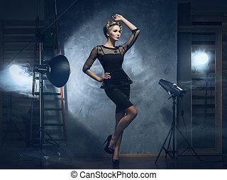frau, aus, junger, glanz, (photo, mode, backstage), hintergrund, emotional, studio, kleiden