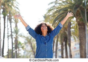 frau, ausgestreckte arme, sorgenfrei, draußen, glücklich