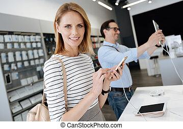 frau, ausprobieren, schablone, telefon, mit, mann, kunde, in, hintergrund