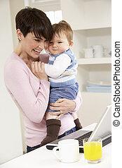 frau baby, arbeiten heim, laptop benutzend