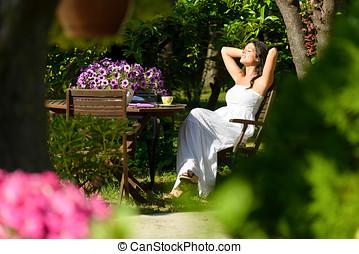 frau, basierend, in, kleingarten, auf, sommer