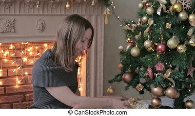 frau, baum, junger, geschenke, front, weihnachten