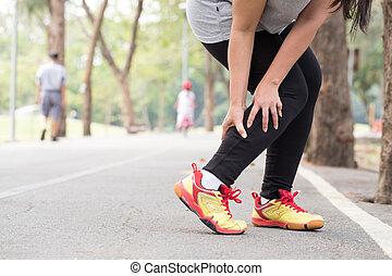 frau, bein, während, sport, wunde, jogging, besitz, muskel, cramp., injury.