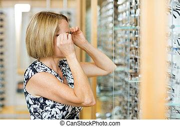 frau, bemühen, brille, in, kaufmannsladen