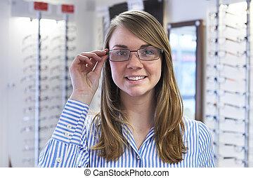 frau, bemühen, neue gläser, in, optiker