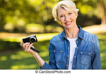 frau besitz, alter, mittler, fotoapperat, blond