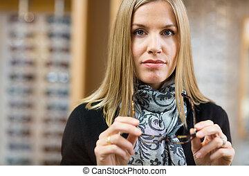 frau besitz, brille, in, optiker, kaufmannsladen