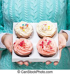 frau besitz, cupcakes, in, hände, freigestellt, weiß