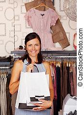 frau besitz, einkaufstüten, in, kleiderladen