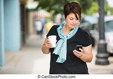 frau besitz, kaffeetasse, während, messaging, durch,...