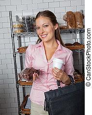 frau besitz, kuchen, und, kaffeetasse, an, kaufmannsladen