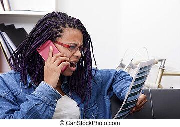 frau, beweglich, junger, telefon haupt, kaufen