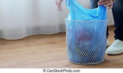 frau, bindend, tasche, mit, muell, in, verschwenden behälter
