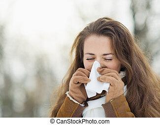 frau, blasen nase, in, winter, draußen