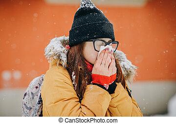 frau, blasen, sie, nase, in, handkerchief., junge frau, bekommen, krank, mit, grippe, in, a, winter, tag