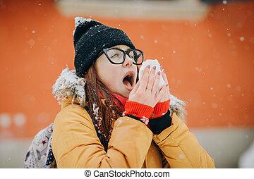 frau, blasen, sie, nase, mit, a, gewebe, draußen, in, winter., junge frau, bekommen, krank, mit, grippe, in, a, winter, tag