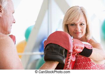 frau, boxen, mit, persönlicher trainer, an, turnhalle