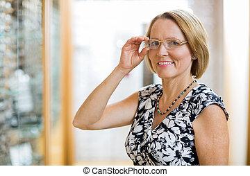 frau, Brille, kaufmannsladen, schwierig, glücklich