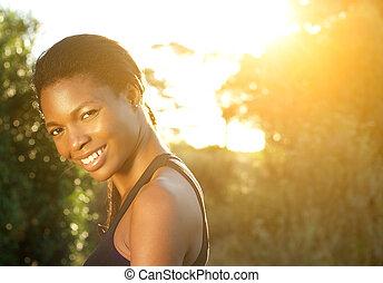 frau, draußen, amerikanische , afrikanisch, lächeln glücklich