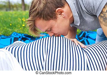 frau, ehefrau, schwanger, junger, seine, bauch, küssende , porträt, glücklich, mann