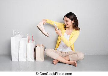 frau- einkaufen, schuhe, säcke, sitzen, junger, asiatisch, besides, neu , reihe, überrascht, glücklich