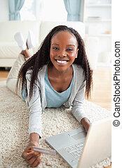 frau- einkaufen, sie, boden, auf, notizbuch, online, schließen, lächeln, liegen