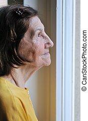 frau, einsamkeit, -, schauen, fenster, durch, älter