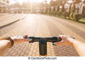 frau, elektrisch, punkt, motorroller, reiten, ansicht.