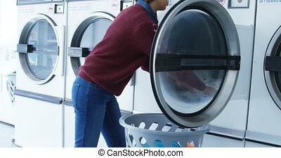 frau, entfernen, kleidung, von, waschmaschine, 4k