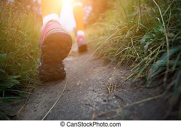 frau, entlang, gehen, pfad, sportliche