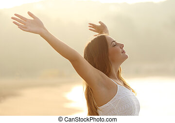 frau, entspanntes, arme, luft, atmen, anheben, frisch, sonnenaufgang