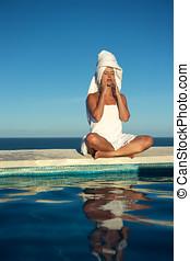 frau entspannung, in, a, schwimmbad