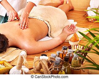 frau, erhalten von massage, in, bambus, spa.