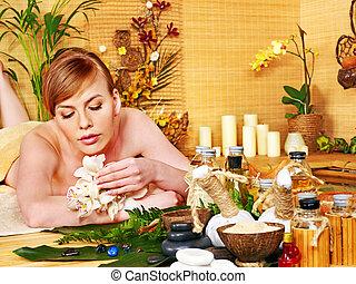 frau, erhalten von massage, in, luxus, spa.