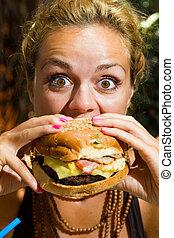 frau essen, a, cheeseburger