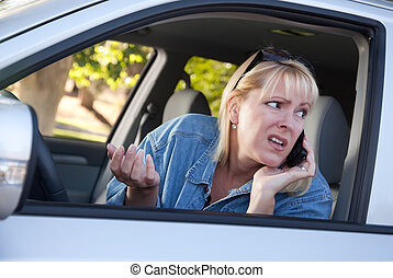 frau, fahren, betroffen, mobilfunk, während, gebrauchend