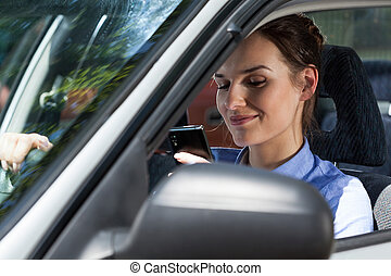 frau, fahren, Beweglich, Auto,  texting, Telefon, während