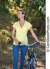 frau, fahrrad, anschieben, junger, wald, glücklich