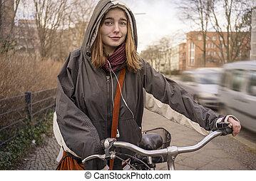 frau, fahrrad, sie, anschieben, junger, porträt, lächeln