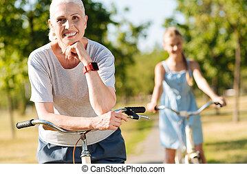 Opa, enkelin, fahrrad reiten, hände. Seine, fahrrad