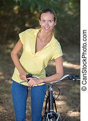 frau, fahrrad, wald, anfall