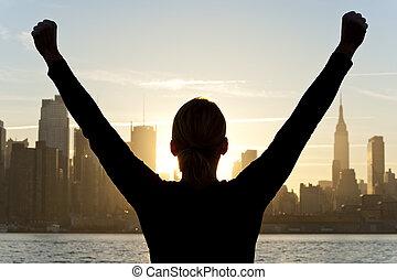 frau, feiern, arme haben erhoben, an, sonnenaufgang, in, new york city