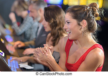 frau, feiern, gewinnen, auf, automat, an, kasino